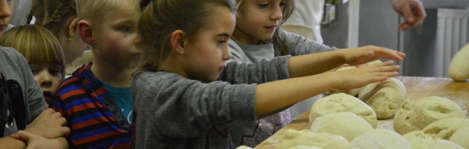 Skąd się bierze chleb? – Wycieczka grup starszych do piekarni